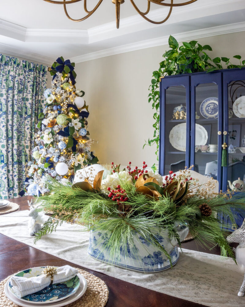 Chinoiserie dining room blue and white decor